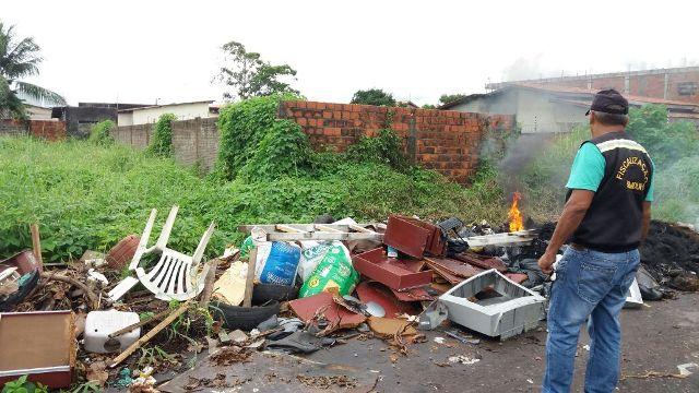 Rua asfaltada há pouco tempo é obstruída com lixo e até fogo