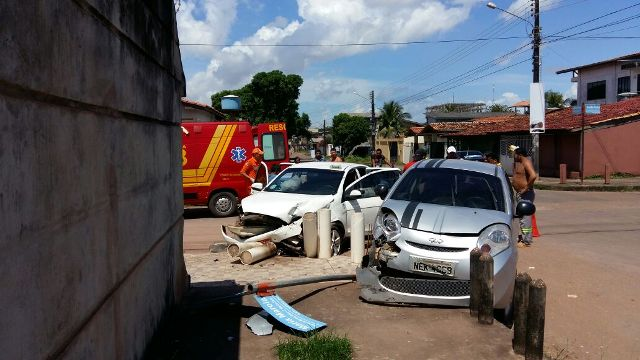 Veículos colidem em rua sem sinalização
