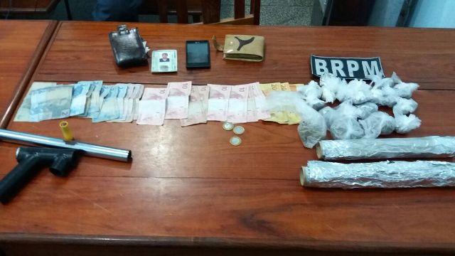 À luz do dia, homens são presos comercializando drogas na rua