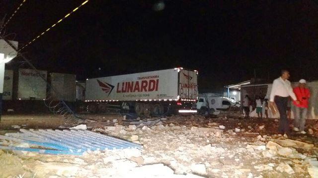 Carreta derruba muro, atinge casa e contêineres; motorista morreu no local
