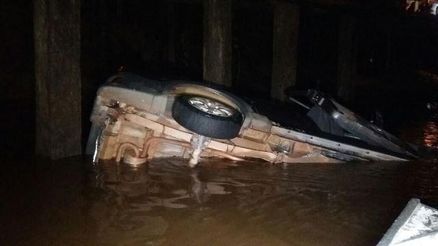 Jovens morrem afogados dentro de carro