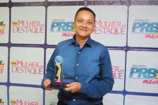 Operadora de máquinas pesadas recebe Prêmio Mulher em Destaque
