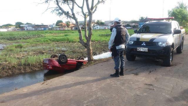 Mulher deixa carro na lavagem e encontra o veículo dentro de canal