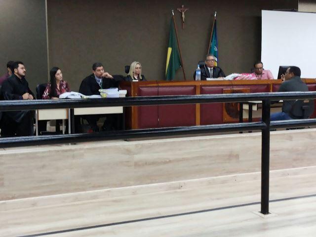 """Com """"batalhão"""" de advogados, começa júri de pastor acusado de homicídio"""