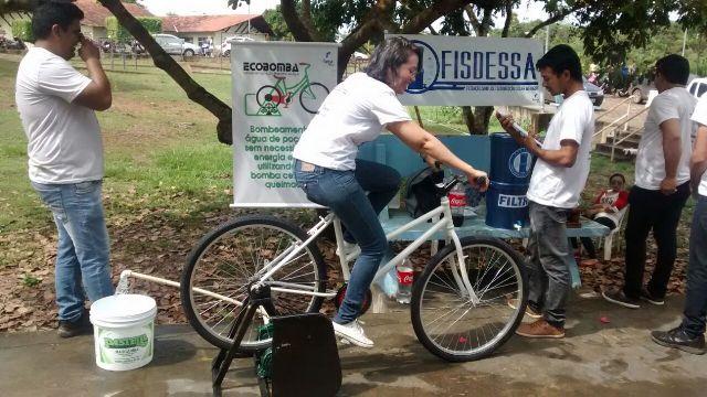 Alunos desenvolvem sistema que usa bicicleta para encher caixa d'água