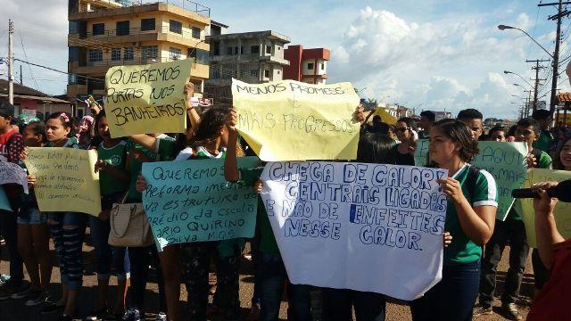 Alunos fecham rua por conclusão de obras na escola Mário Quirino