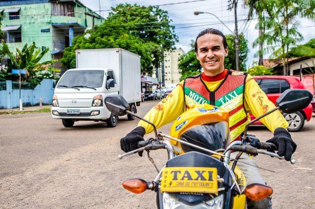 """Mototaxista faz sucesso no Facebook divulgando o trabalho com """"memes"""""""