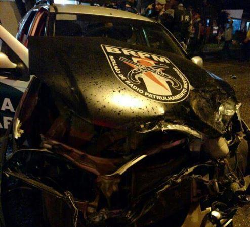 Policiais ficam feridos após colisão e capotamento de viatura