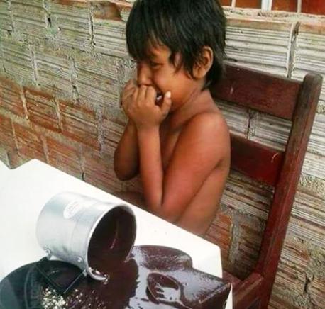 Foto de criança chorando por açaí derramado viraliza nas redes