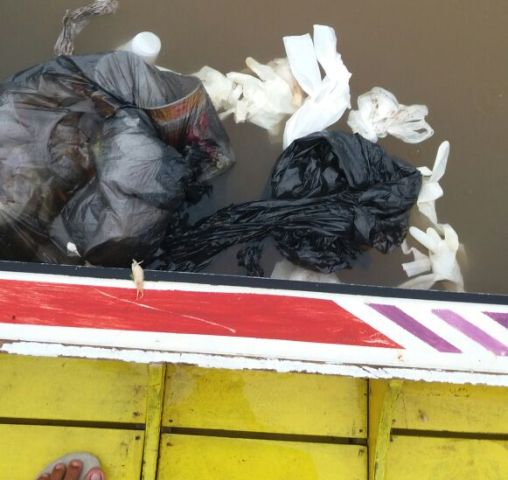 Ribeirinhos denunciam navio que despeja lixo em rios da Amazônia