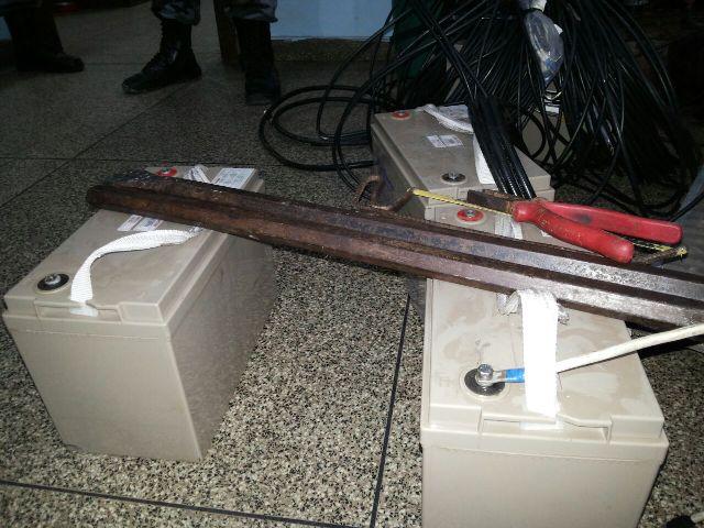 Dupla é presa furtando cabos de fibra ótica e baterias