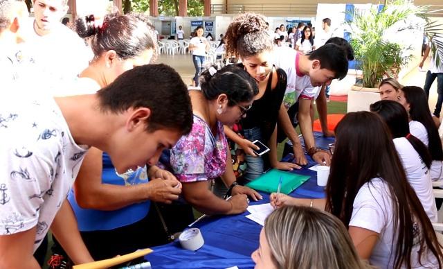 Em feira, jovens buscam inserção no mercado de trabalho