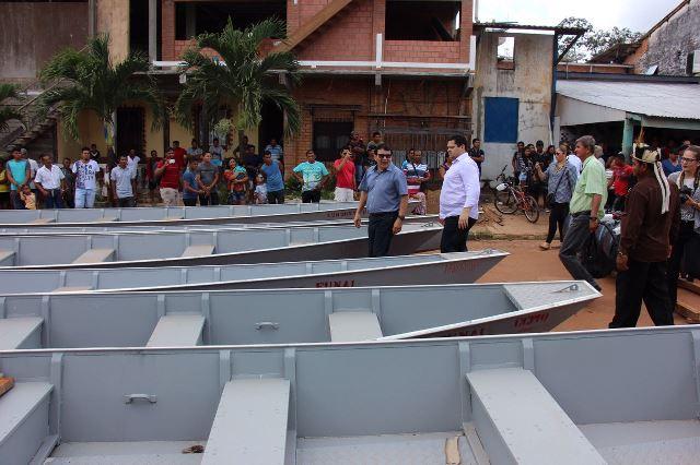 Senador e presidente da Funai entregam embarcações e geradores para aldeias
