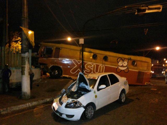 Ônibus/lanchonete colide com táxi em cruzamento