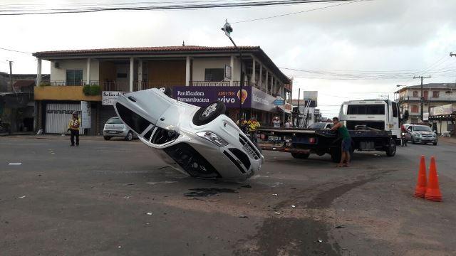 Motorista que ia participar de corrida de rua capota ao ser atingido em cruzamento