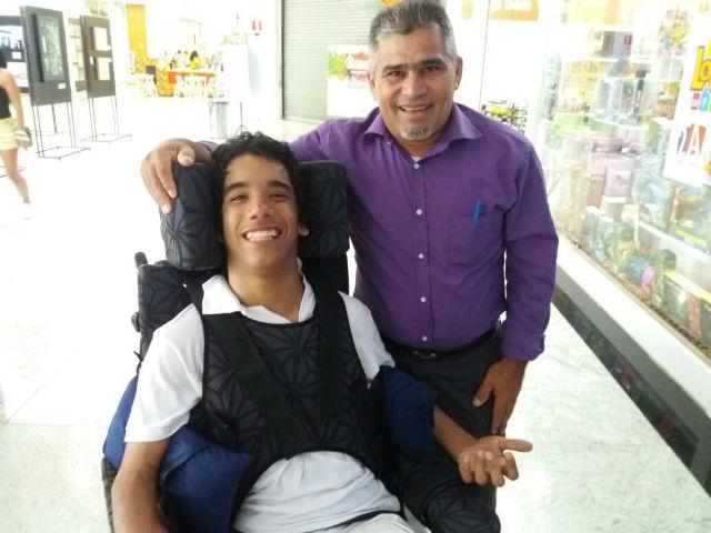 Estudante portador de deficiência física cria peça sobre inclusão