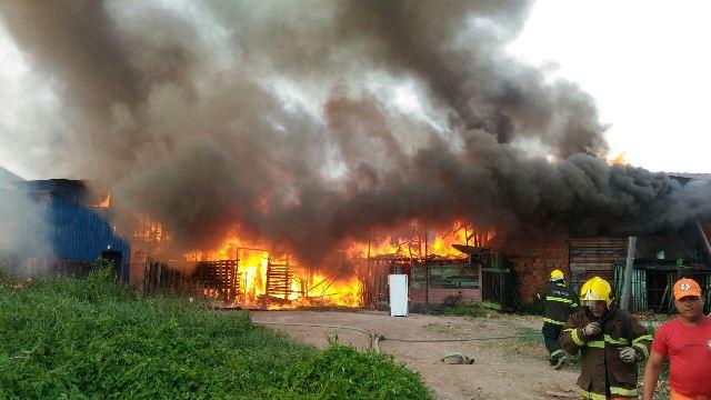 Incêndio atinge 12 residências no Araxá