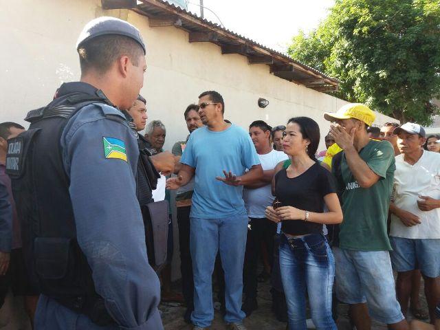 Moradores pedem pressa na demolição de muro