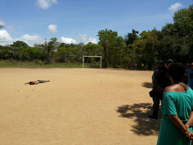 Adolescente é encontrado morto em campo de futebol