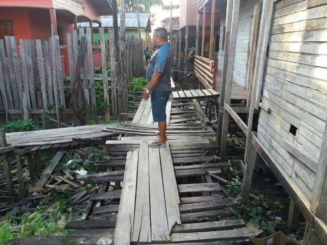 Moradores do Muca pedem retomada de reforma de passarelas