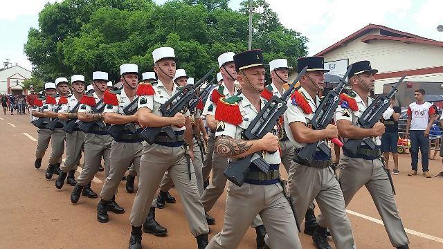 Legionários e Exército Brasileiro fazem desfile na fronteira