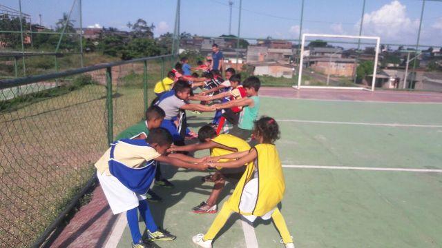 Crianças aprendem futebol e cidadania em residencial popular