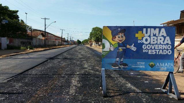 Com estiagem, máquinas avançam com asfalto em Santana
