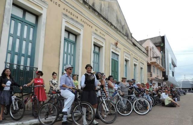 Ciclistas organizam passeio inspirados nos anos 20 a 80