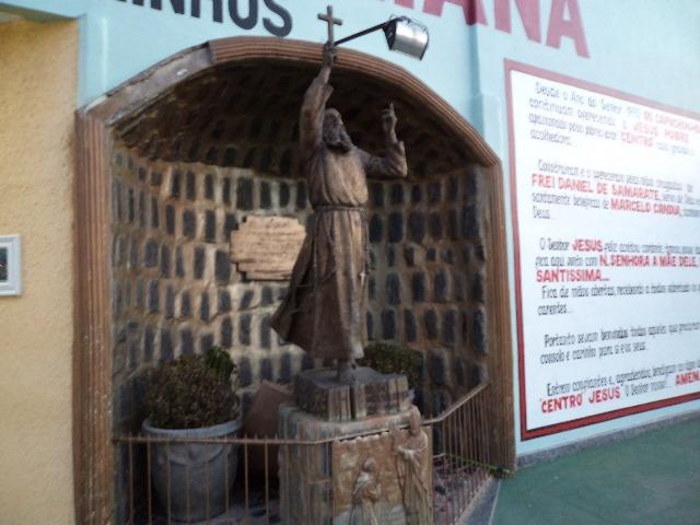 Capuchinhos vendem rifas para manutenção de equipamentos laboratoriais
