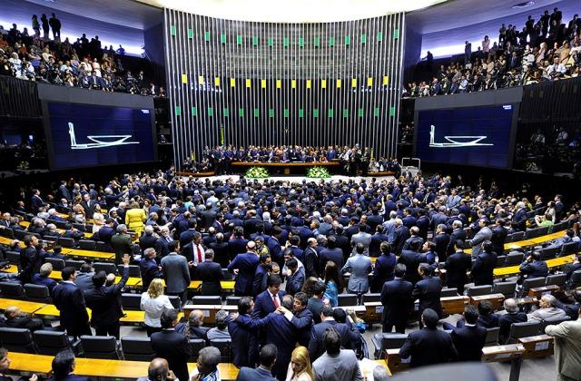 Deputados do AP se dividem ao votar sobre denúncia contra Temer