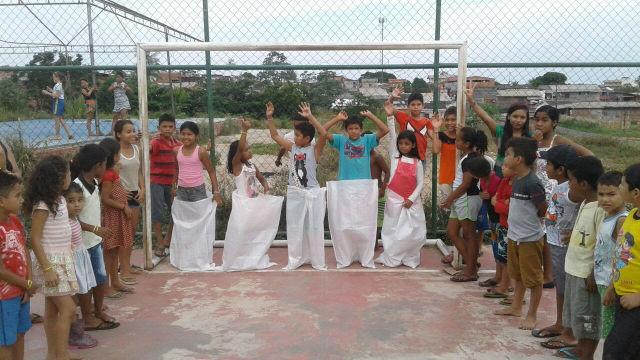 Garotada curte Dia das Crianças prolongado em conjunto habitacional