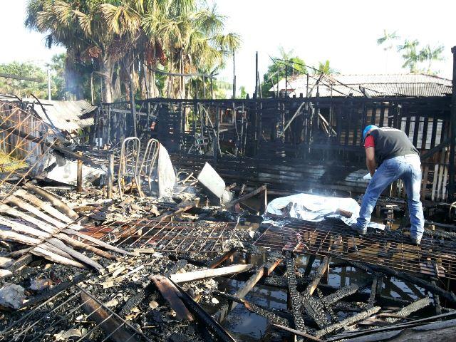 Adolescente fica preso pelas chamas e morre em incêndio