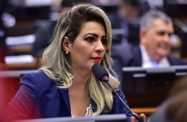 TRF1 fixa fiança de R$ 30 mil para pai e irmão de ex-deputada foragida