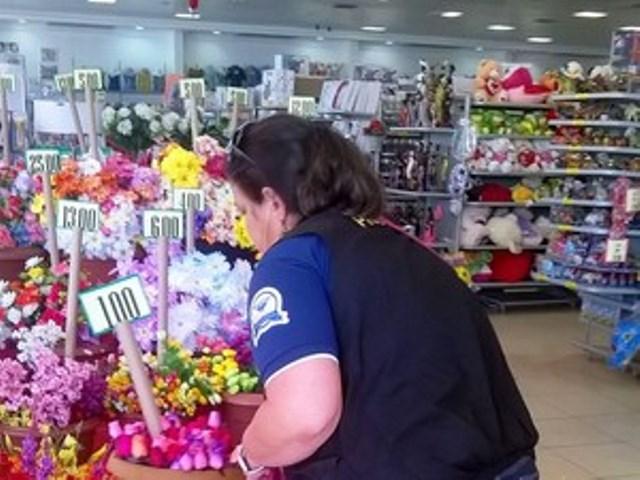 Operação fiscaliza preços de velas e flores