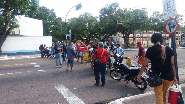 Vigilantes fazem ato para cobrar cinco meses de salários atrasados