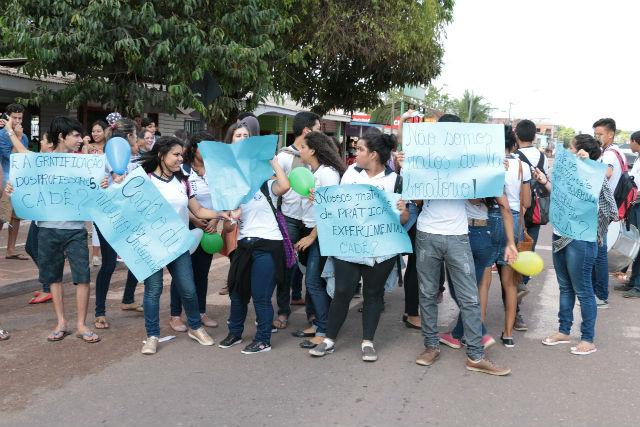 Estudantes de Santana bloqueiam rua para reivindicar professores e merenda