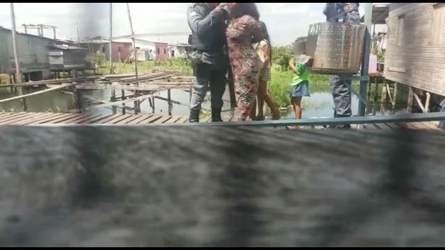 VÍDEO mostra bofetada de policial em suspeita de maltratar os filhos
