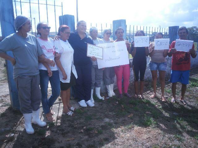 Servidores da limpeza hospitalar fazem ato contra salários atrasados em 4 municípios