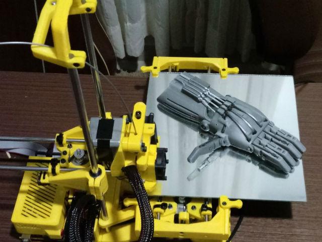 Professor de designer cria projeto de próteses em impressora 3D para doação