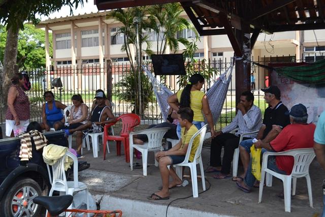 Vendedores retirados da orla acampam há 3 dias em frente a prefeitura