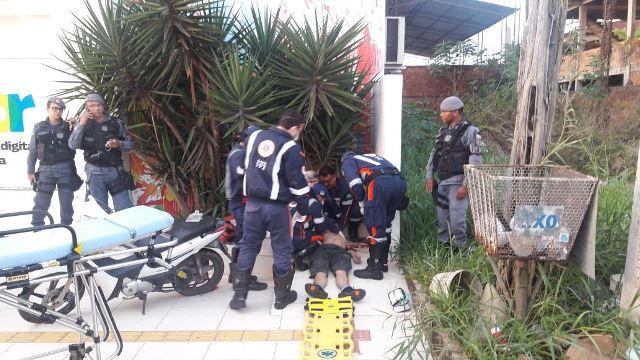 Motociclista colide contra muro; estado é gravíssimo
