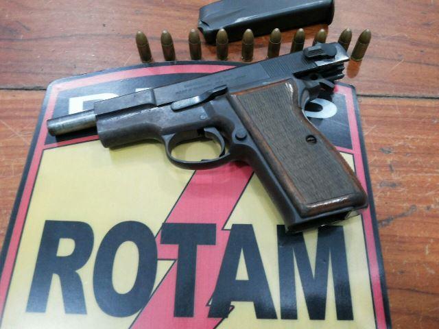 Pistola que nem a PM possui é apreendida com jovem