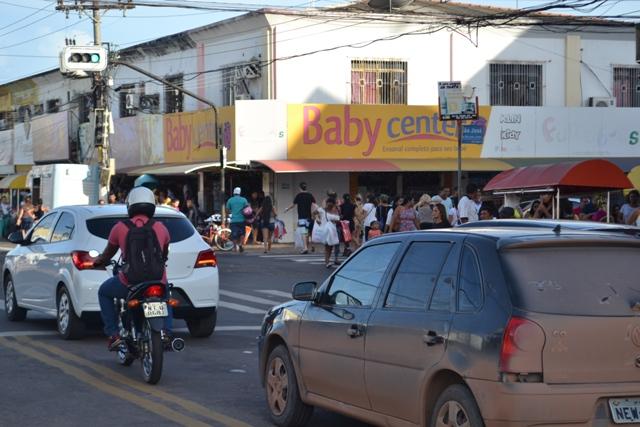 Amapaense vai às compras de Natal e movimenta o comércio
