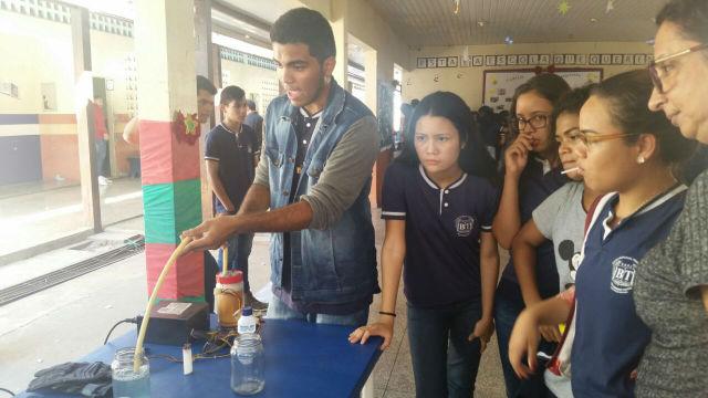 Em feira de física, alunos recriam movimentos de retroescavadeira