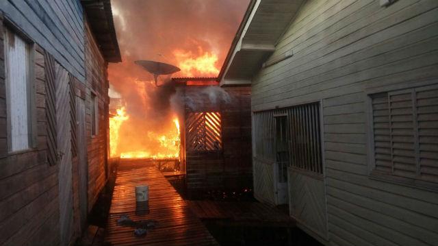 Incêndio destrói mais de dez casas no Beirol