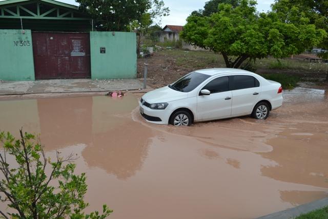 Chuvas: lagoa em rua provoca reclamação