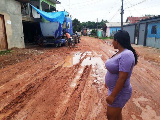 """""""Virou lama"""", dizem moradores sobre obra inacabada em avenida"""