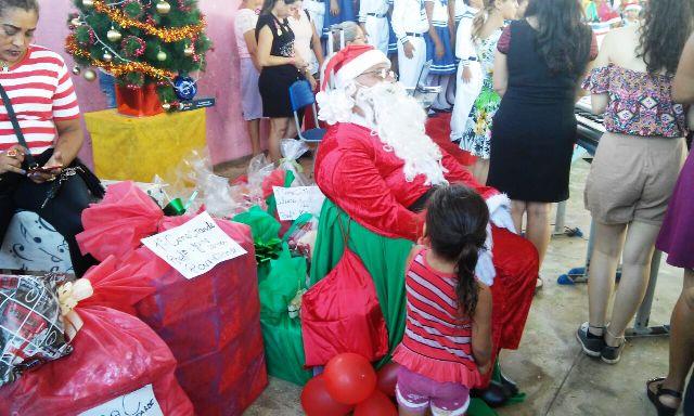 Crianças recebem presentes do Papai Noel dos Correios