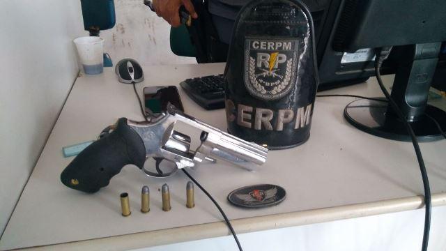Troca de tiros tem policial ferido e bandido morto