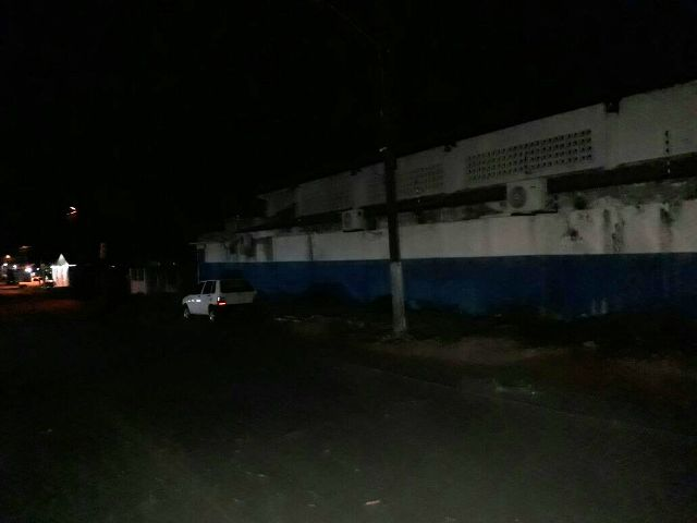 População reclama de escuridão ao lado de escola e diz que teme assaltos
